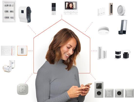 Kvinde viser alle smarte bolig-produkterne for øget komfort og sikkerhed