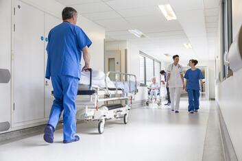 Personale i en gang på hospitalet