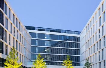 Facadebillede af hotel med glas og stålkonstruktion