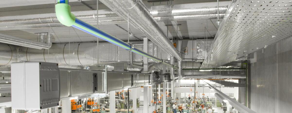 Samleskinne og kabeltrug i et let industrianlæg